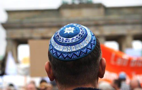 Hass gegen Juden in Deutschland: Pro Tag im Schnitt vier antisemitische Straftaten   Tagesspiegel