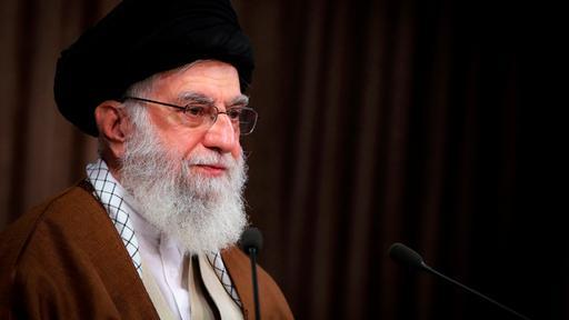 """Iran räumt Waffenlieferungen an Palästinenser ein – Irans geistliches Oberhaupt Khamenei hat Israel scharf attackiert und als """"Tumor"""" bezeichnet. Zugleich räumte er erstmals ein, dass sein Land militanten Palästinensern in Gaza Waffen lieferte.   tagesschau.de"""